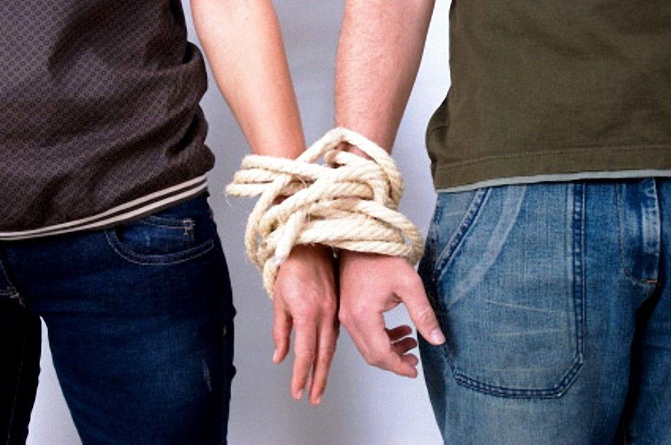 Социальные отношения связывают друг с другом